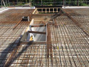 Filigrandecke mit Bewehrungsstahl bereit für den Beton